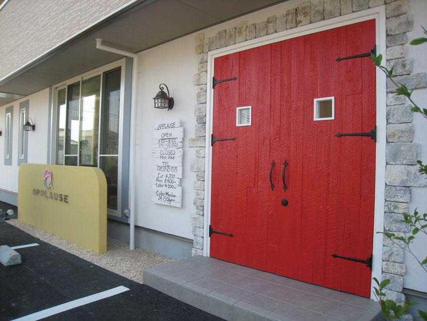 真っ赤な玄関ドアにも古材を使用